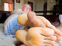 Gamer girl nerdy very big footjob solejob. Nice young feet size 12 cumshot