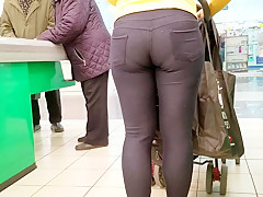 Mommy with hot ass in tight pants