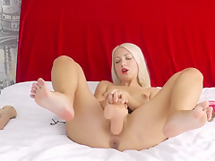 Huge dildo!!! fuck that pussy and cum!!