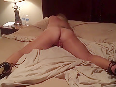 Hot ass blonde rubbing pussy on bed