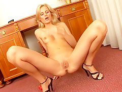 Yummy blonde Sophia Paris uses pussy balls and her hand in her cunt