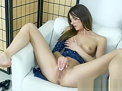 Slim Coed Masturbates her Clit to Climax with a Vibrator